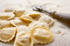 Ongekookte eigengemaakte ravioli Stock Foto's
