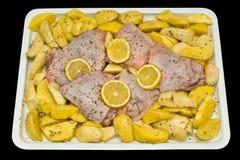 Ongekookte kippendijen met aardappels en citroen. royalty-vrije stock foto