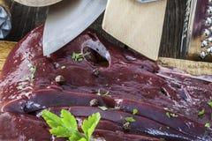 Ongekookte lever en peterselieclose-up Stock Fotografie
