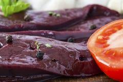 Ongekookte lever en tomatenclose-up Royalty-vrije Stock Afbeelding