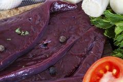 Ongekookte lever en tomatenclose-up Stock Afbeelding