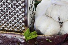 Ongekookte lever met een rasp en uien Royalty-vrije Stock Afbeelding