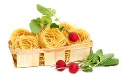 Ongekookte macaroni en radijs royalty-vrije stock fotografie