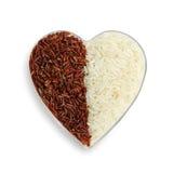 Ongekookte organische rijst en rode rijst in een plastic kom Stock Fotografie