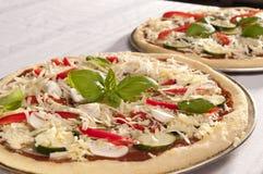 Ongekookte pizza Royalty-vrije Stock Afbeeldingen