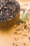 Ongekookte rijst in kom Stock Fotografie
