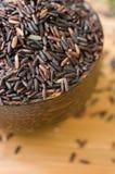 Ongekookte rijst in kom Stock Foto