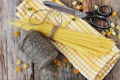 Ongekookte spaghetti Stock Foto's