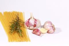 Ongekookte Spaghetti en ingrediënten royalty-vrije stock foto