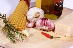 Ongekookte Spaghetti en ingrediënten royalty-vrije stock foto's
