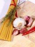 Ongekookte Spaghetti en ingrediënten stock foto's