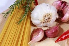 Ongekookte Spaghetti en ingrediënten royalty-vrije stock fotografie