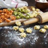 Ongekookte tortellini met kaas op een lijst Stock Afbeelding