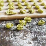 Ongekookte tortellini met kaas op een lijst Stock Foto
