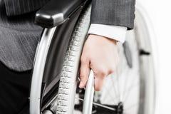 Ongeldige of gehandicapte zakenman in de zwarte rolstoel van de kostuumzitting stock fotografie