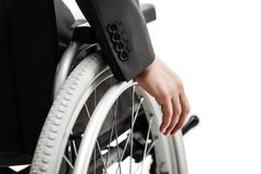 Ongeldige of gehandicapte zakenman in de zwarte rolstoel van de kostuumzitting stock foto