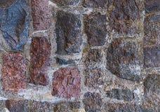 Ongelijke winderige donkerrode bruine verticale textuur van de achtergrond de oude muursteen, deel Royalty-vrije Stock Afbeeldingen