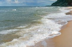 Ongelijke zandige kust van de Oostzee, kustlijn van het overzees stock fotografie
