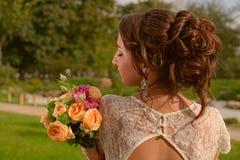 Ongelooflijk mooie bruid met boeket van rozen Romantische toebehoren van fiancee Langharig meisje in huwelijkstoga Royalty-vrije Stock Afbeeldingen