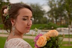 Ongelooflijk mooie bruid met boeket van rozen Romantische toebehoren van fiancee Langharig meisje in huwelijkstoga Stock Fotografie