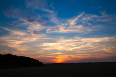 Ongelooflijk mooie zonsondergang, wolken bij zonsondergang, kleurrijke zonsondergang Royalty-vrije Stock Foto