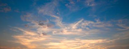 Ongelooflijk mooie zonsondergang, wolken bij zonsondergang, kleurrijke zonsondergang Royalty-vrije Stock Fotografie