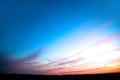 Ongelooflijk mooie zonsondergang, wolken bij zonsondergang, kleurrijke zonsondergang Royalty-vrije Stock Afbeeldingen