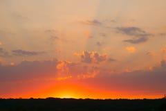 Ongelooflijk mooie zonsondergang, wolken bij zonsondergang, kleurrijke zonsondergang Stock Foto's