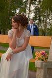 Ongelooflijk wacht de mooie bruid met boeket van rozen op haar bruidegom Stock Afbeeldingen