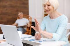Ongelooflijke aardige oude vrouw die aan haar vriend online spreken Royalty-vrije Stock Afbeelding