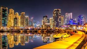 Ongelooflijke de jachthavenhorizon van nachtdoubai Het dok van het luxejacht Doubai, Verenigde Arabische Emiraten stock foto's