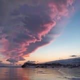 Ongelooflijke fabelachtige roze-blauwe zonsondergang over Meer Baikal in de winter Stock Foto