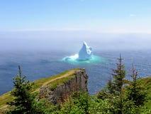 Ongelooflijke ijsberg die langs de ruwe kust naast Sk drijven stock fotografie