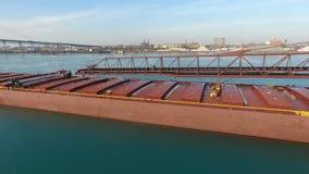 Ongelooflijke 4k luchtvlucht over groot van het de containerschip van de ladingsvracht de olietankschip die in ijzig koud rivierw stock video