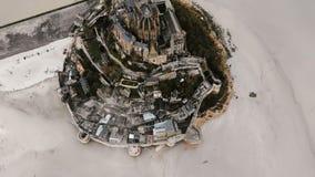 Ongelooflijke lucht hoogste mening, wolken boven majestueuze Mont Saint Michel-eilandstad en abdij, beroemd historisch oriëntatie stock videobeelden