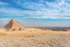 Ongelooflijke mening van het complex van oude piramides tegen de achtergrond van de ongelooflijke hemel op een hete dag stock foto