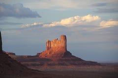 Ongelooflijke zonsondergang in de bergen Stock Foto's