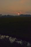 Ongelooflijke Zonsondergang in nevelig Vlaanderen flieds royalty-vrije stock afbeelding