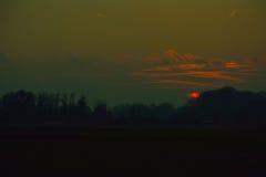 Ongelooflijke Zonsondergang in nevelig Vlaanderen flieds stock afbeelding