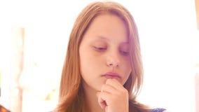Ongelukkig droevig tienermeisje 4k UHD stock videobeelden