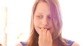 Ongelukkig droevig tienermeisje 4k UHD stock video
