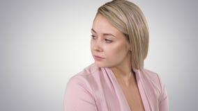 Ongelukkig jong meisje die op telefoonring despairingly wachten op gradiëntachtergrond stock videobeelden