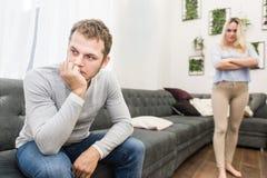 Ongelukkig jong paar die in de woonkamer ruzie maken royalty-vrije stock afbeelding
