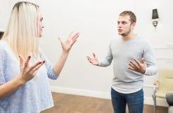 Ongelukkig jong paar die in de woonkamer ruzie maken royalty-vrije stock fotografie