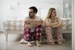 Ongelukkig jong paar die moeilijkheden in verhouding hebben stock foto's