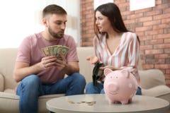 Ongelukkig jong paar met geld Financi?le problemen royalty-vrije stock afbeelding