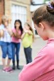 Ongelukkig Meisje die ongeveer door Schoolvrienden worden geroddeld stock foto's