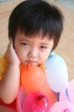 Ongelukkig meisje met ballons stock foto