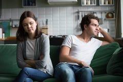 Ongelukkig millennial paar die elkaar negeren die daarna spreken niet stock foto's