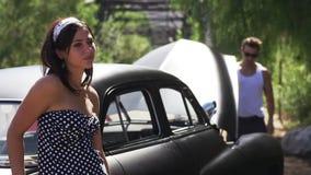 Ongelukkig paar in conflict met gebroken auto stock footage